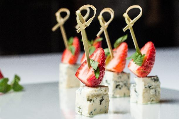 Канапе с сыром, клубникой и виноградом
