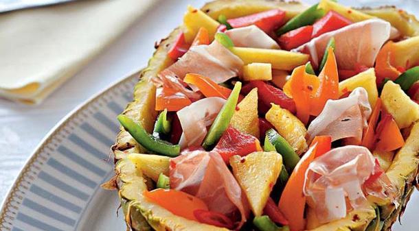 Салат с ветчиной, сладким перцем ананасом