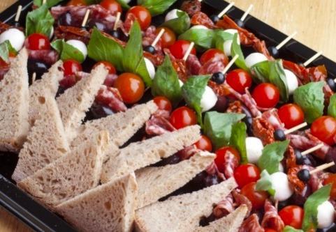 Мини-шпажка с оливками, салями и помидорами