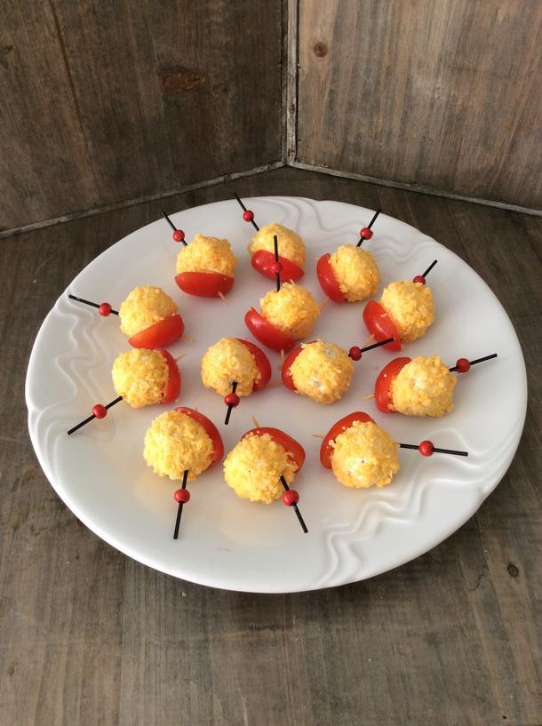 Пряная закуска из сыра на томатной лодочке
