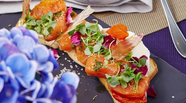Мини брускетта со сливочным сыром и лососем