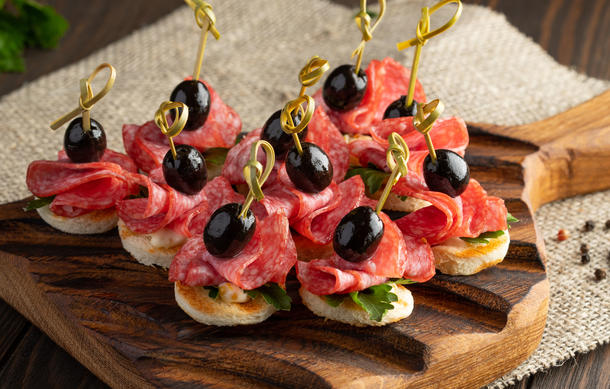 Канапе с салями и маслиной