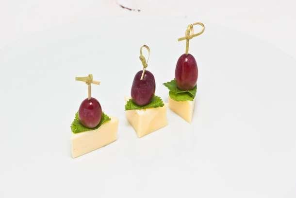 Канапе сыр с виноградом