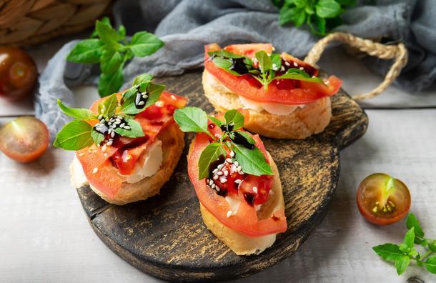 Брускетта с томатами и сливочным сыром