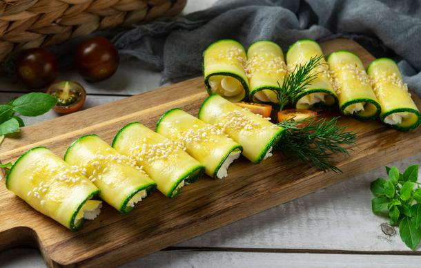 Рулетики из цукини с сырным муссом