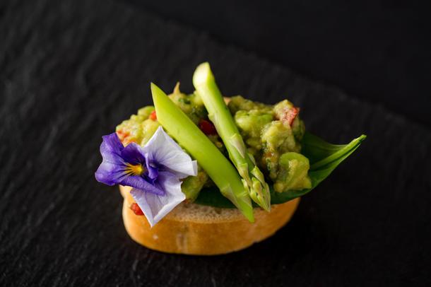 Брускеттини с авокадо и спаржей (веган)