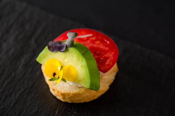 Брускеттини на цельнозерновом хлебе с помидорами и авокадо