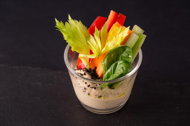 Хумус со свежими овощами