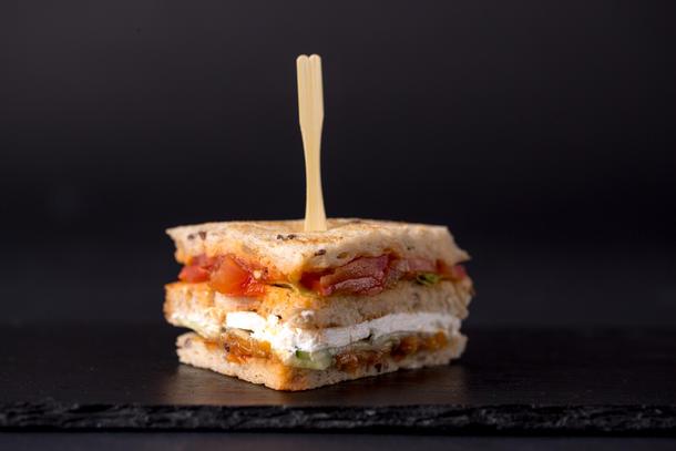 Мини сэндвич вегетарианкский с сыром тофу на злаковом хлебе