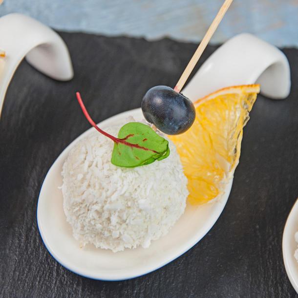 """""""Рафаэлло"""" из козьего сыра с сушеным виноградом и кокосовой стружкой"""