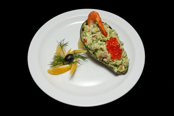 """Салат """"Капри"""" с креветками, авокадо и красной икрой"""