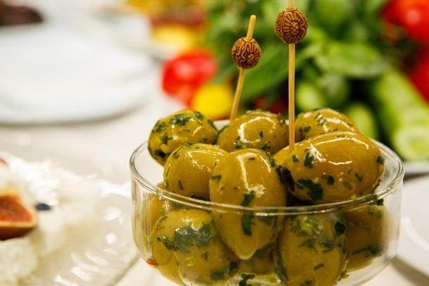 Маслины, оливки с анчоусами на шпажке