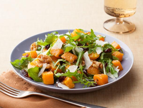 Салат с медовой индейкой, ореховой тыквой и яблоками
