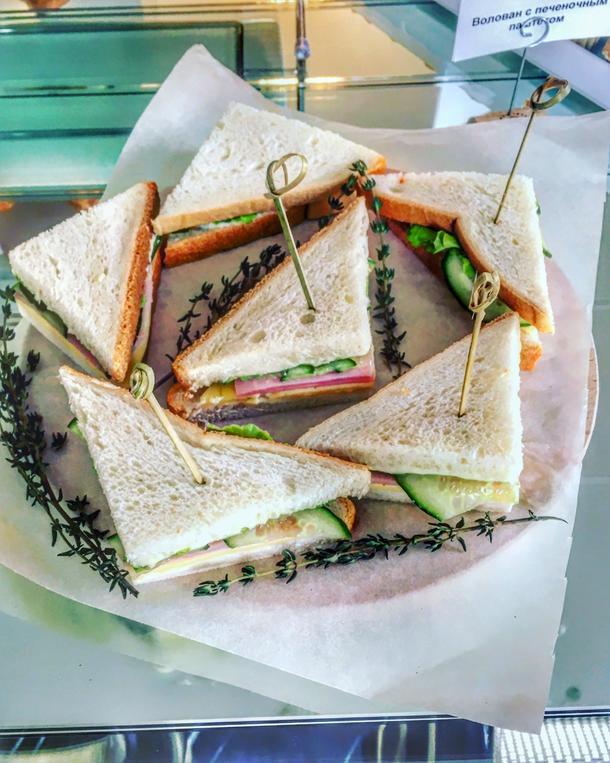 Мини-клаб сэндвич с копченой куриной грудкой, сыром и овощами