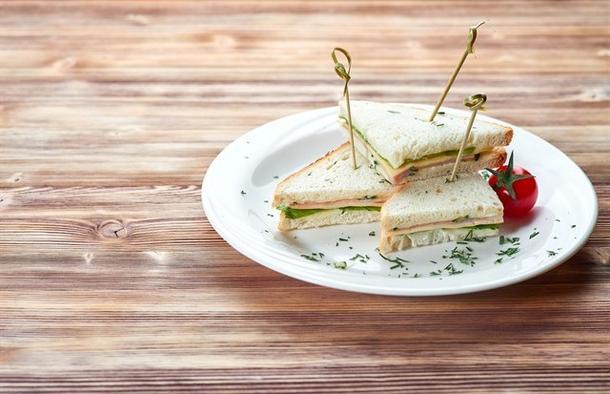 Мини-клаб сэндвич с индейкой, сыром и овощами