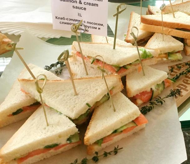 Мини-клаб сэндвич со слабосоленым лососем на сливочном сыре