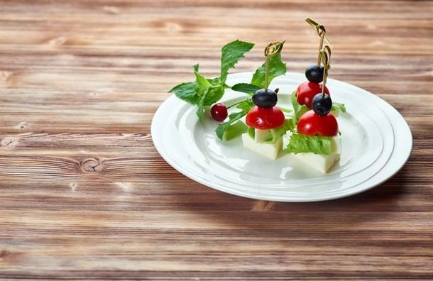 Канапе из помидора Черри с сыром Моцарелла