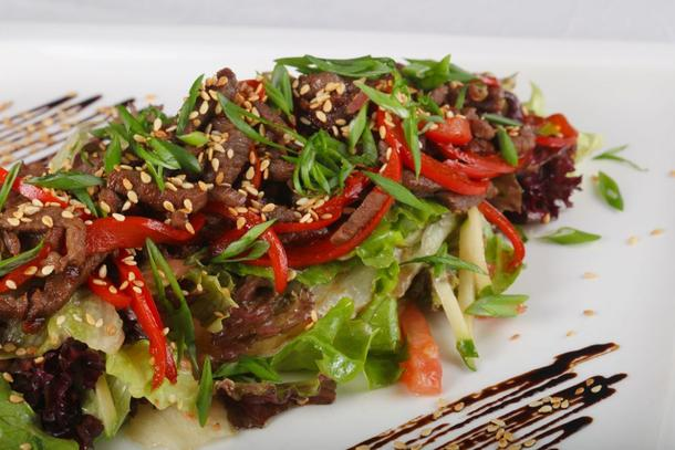 Салат с говяжьей вырезкой и тайским соусом