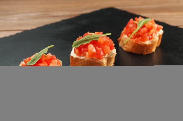 Брускета с творожным сыром и томатами