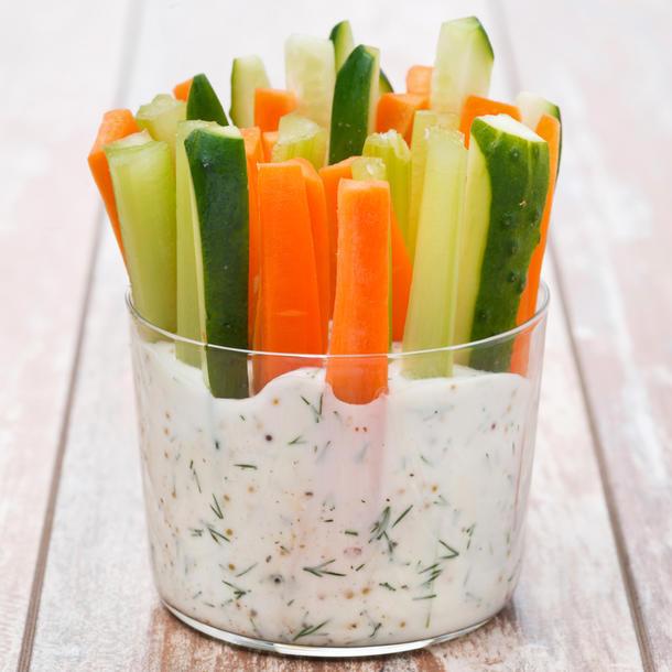 Овощные палочки с сметанным соусом
