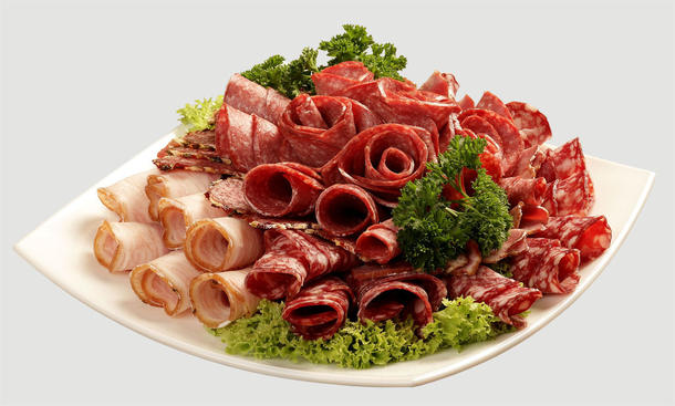Тарелка с колбасами