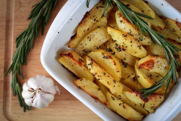 Печеный картофель на гриле с чесноком и травами