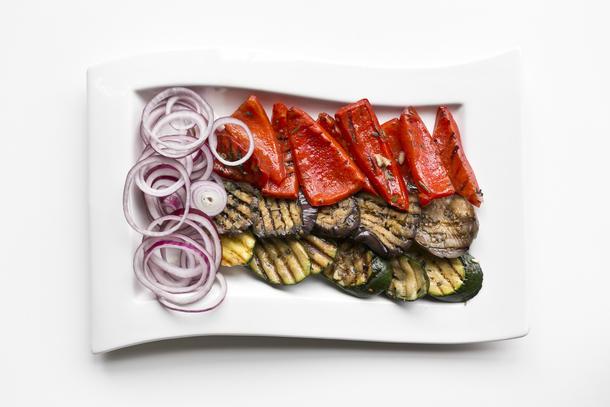 Маринованные овощи гриль с соусом песто