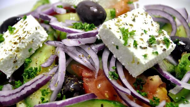 Греческий салат с сыром фета и оливами