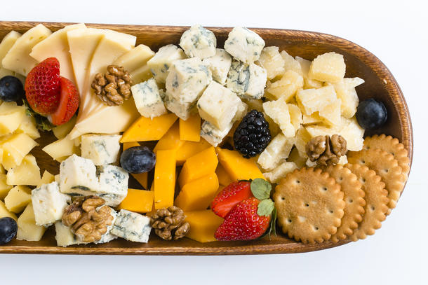 сырная тарелка с виноградом, ягодами, орехами и таёжным мёдом