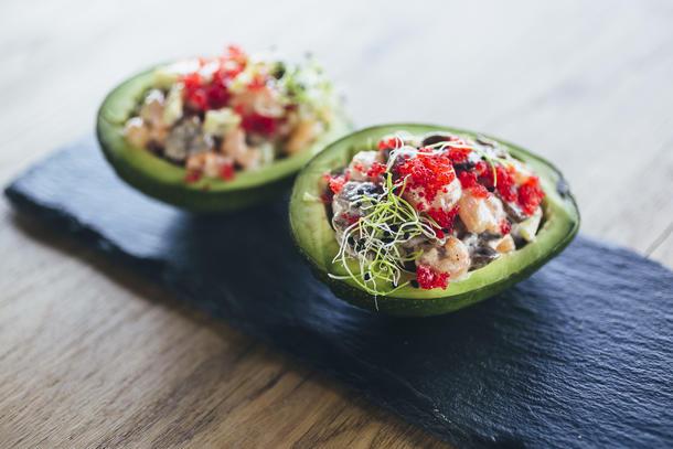 Салат из авокадо, коктейльными креветками и красной икрой тобико