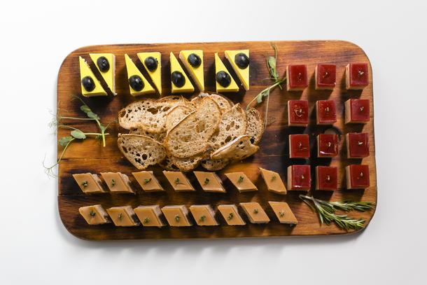 Ассорти терринов с хлебными чипсами
