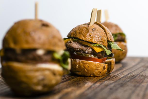 мини чизбургер с говяжьей котлеткой, маринованным огурчиком