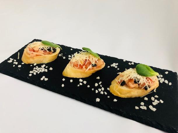 Брускетта рыбная с томатным конкассе и сыром Пармезан