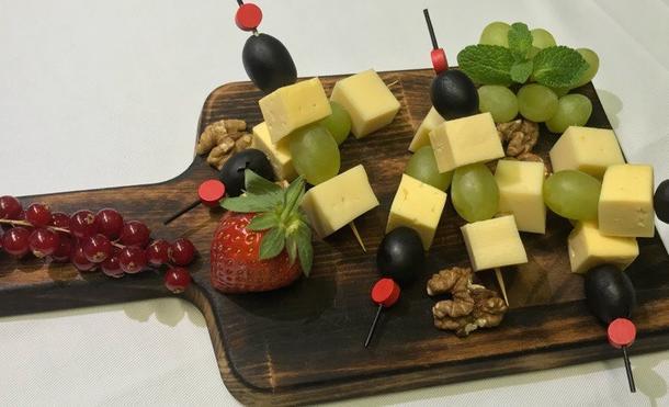 Канапе из ассорти сыров с маслинами и виноградом