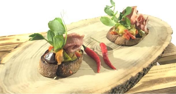 Брускетта с ростбифом и овощным рататуем под имбирным соусом