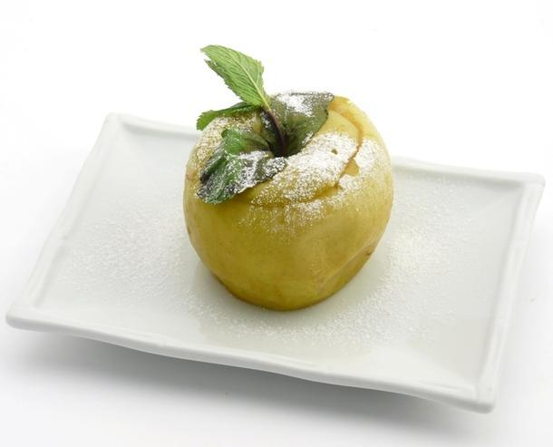 Яблоко запеченное с сахарной пудрой