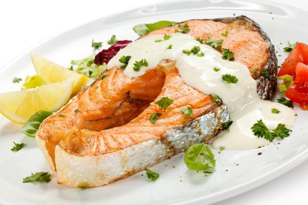 Стейк из лосося со сливочным соусом