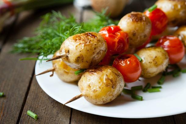 Шашлычок из бейби картофеля с помидорками Черри