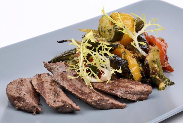 Теплый салат-гриль с говядиной и соусом «Песто»