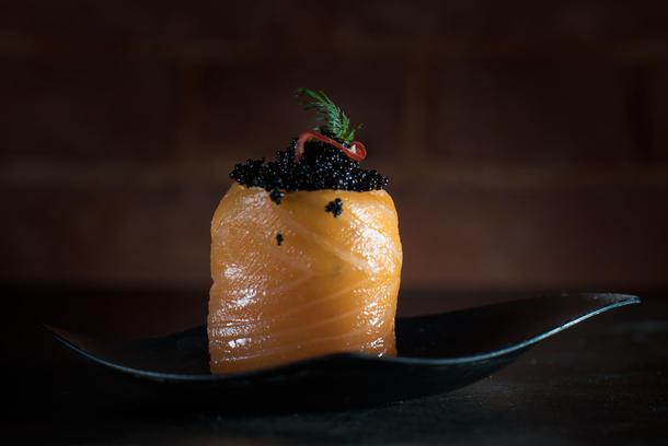 Рулетик из лосося с крем-сыром и икрой летучей рыбы