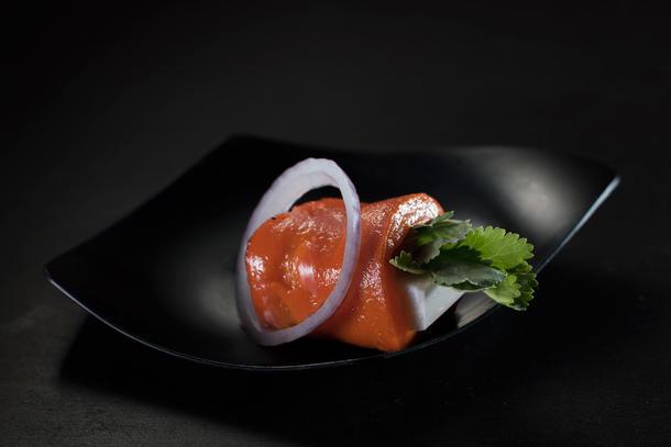 Рулетик из томлёного перца с брынзой, кинзой и красным луком