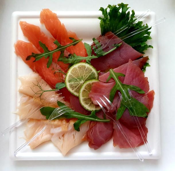 Карпаччо из благородных рыб и морепродуктов с лаймом и каперсами (доставка)