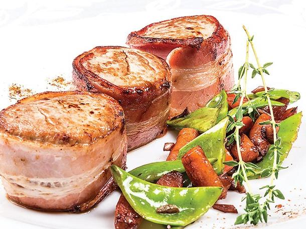 Медальоны из свинины с беконом и овощами гриль