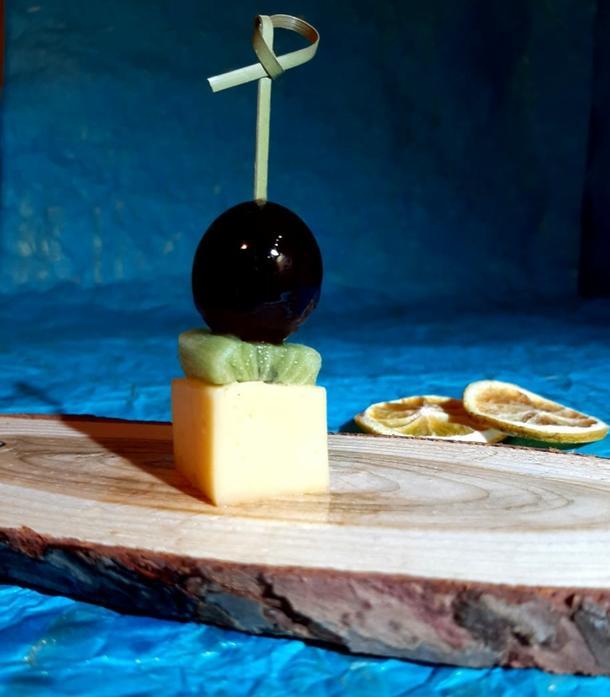 К - Сырное канапе с виноградом и киви