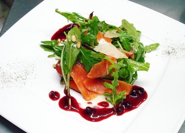 Салат из лосося и рукколы