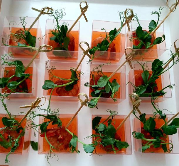 Креветка на гриле с соусом и микрозеленью в шоте