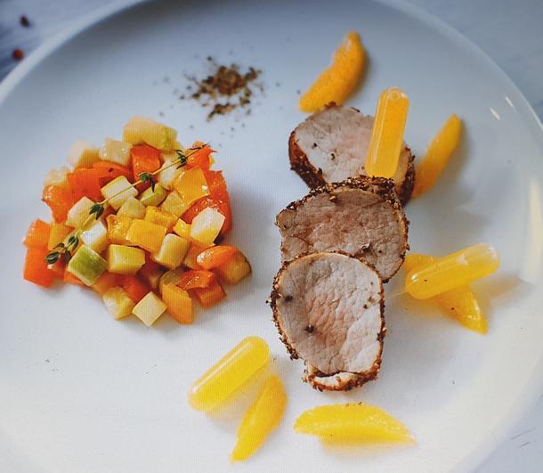 Б - Медальоны из свиной вырезки в пяти перцах в апельсиновом соусе с соте из кабачков и перца