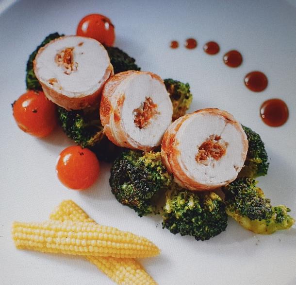 Б - Филе куриной грудки с вяленым томатом и пармезаном, запеченное в итальянской грудинке, с брокколи и томатами черри