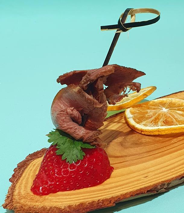 Ф - Слайс пряного ростбифа с клубникой и кинзой