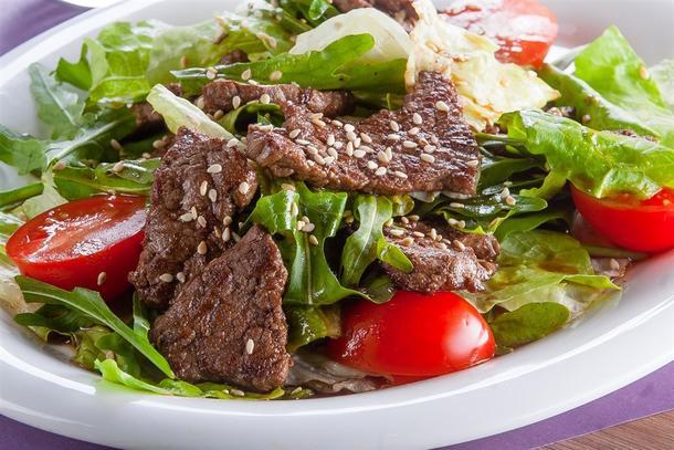 Гриль салат с телятиной и овощами
